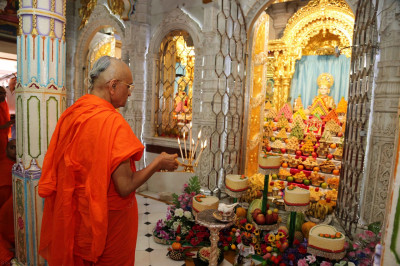 His Divine Holiness Acharya Swamishree performs annakut aarti