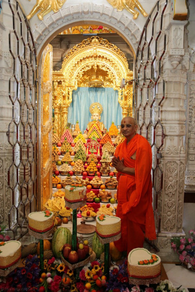 Divine darshan of Lord Shree Swaminarayan, Acharya Swamishree and the annakut