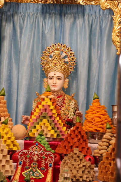 Divine darshan of Lord Shree Swaminarayan and the grand annakut