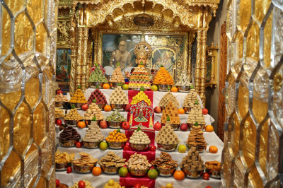 Divine darshan of Shree Sahajanand Swami and the grand annakut