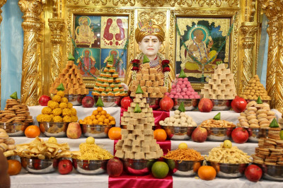 Divine darshan of Jeevanpran Shree Abji Bapashree and the grand annakut