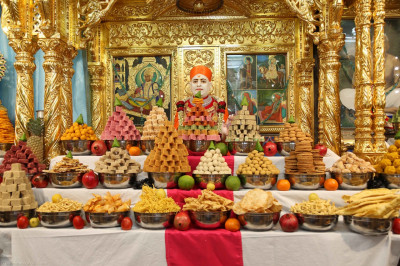 Divine darshan of Jeevanpran Shree Muktajeevan Swamibapa and the grand annakut