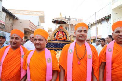 Acharya Swamishree's chariot being pulled by sants