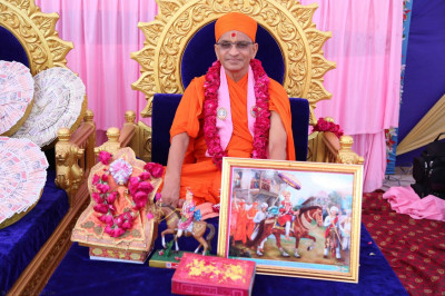 Divine darshan of Acharya Swamishree with a painting of Lord Shree Swaminarayan's visit to Mokhasan