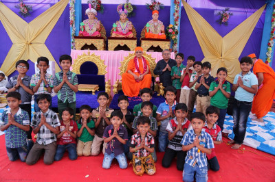 Acharya Swamishree gives darshan to children of a local school