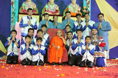 Acharya Swamishree gives darshan to the performers