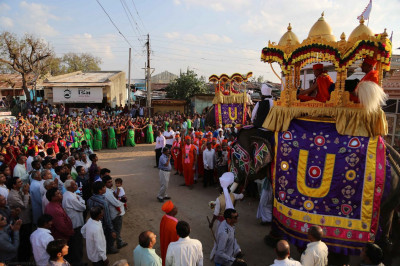 The procession arrives at the town gate of Mokhasan