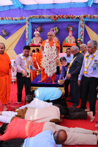 Disciples bow down to form a path for Acharya Swamishree