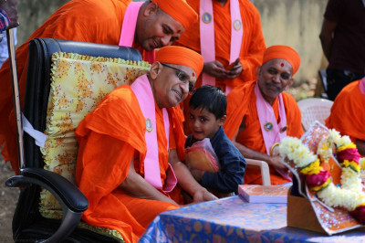 A young child speaks to Acharya Swamishree