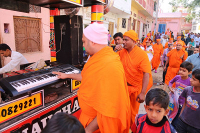Sants sing kirtans during the procession