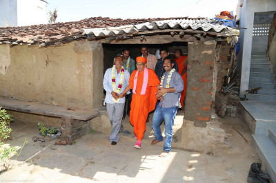 Acharya Swamishree performs padharamani at a disciples home