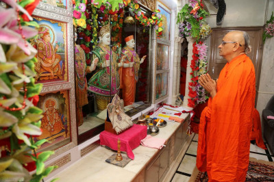 Acharya Swamishree commences the patotsav ceremony at Shree Swaminarayan Mandir Mount abu