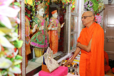 Acharya Swamishree continues the patotsav ceremony