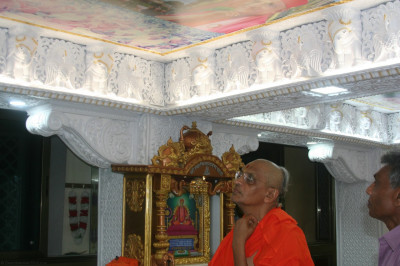 Divine darshan of Acharya Swamishree looking at the newly installed ceiling murtis