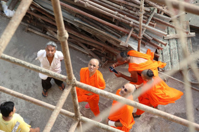 Divine darshan of His Divine Holiness Acharya Swamishree at the site where Shree Swaminarayan Mandir Mumbai complex is being significantly expanded