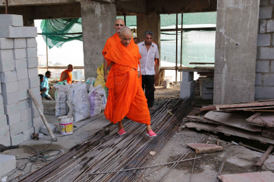 Divine darshan of Acharya Swamishree at the site where Shree Swaminarayan Mandir Mumbai complex is being significantly expanded