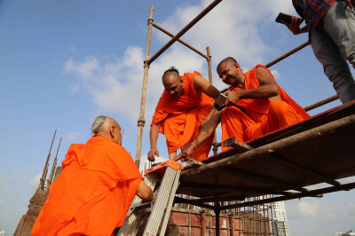 His Divine Holiness Acharya Swamishree climbs to the top of the tower block
