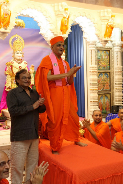 Divine darshan of His Divine Holiness Acharya Swamishree with Shree Anandji