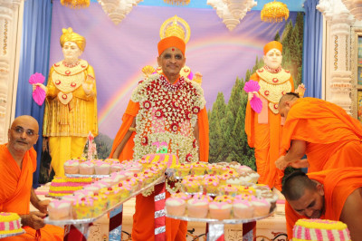 Divine darshan of His Divine Holiness Acharya Swamishree with the 73 celebratory cakes