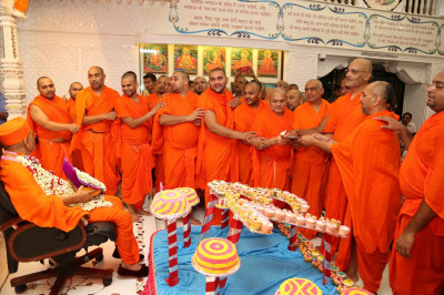 Sants perform aarti to Lord Shree Swaminarayanbapa Swamibapa, Shree Harikrishna Maharaj and His Divine Holiness Acharya Swamishree