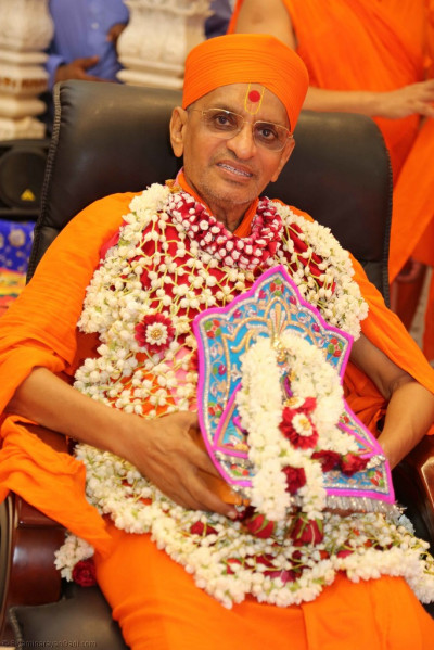 Divine darshan of His Divine Holiness Acharya Swamishree and Shree Harikrishna Maharaj