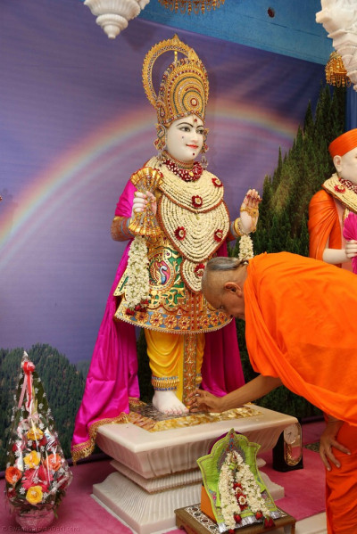 His Divine Holiness Acharya Swamishree preforms the poojan ceremony