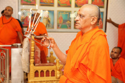His Divine Holiness Acharya Swamishree performs aarti to Lord Shree Swaminarayanbapa Swamibapa