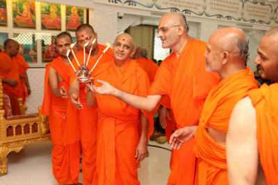 His Divine Holiness Acharya Swamishree and sants performs aarti to Lord Shree Swaminarayanbapa Swamibapa