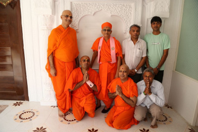 Acharya Swamishree Maharaj gives darshan to some of the sants and disciples who helped with the construction of the new guest house