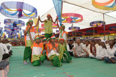 Young disciples dressed in the colours of the Indian flag perform a welcoming dance