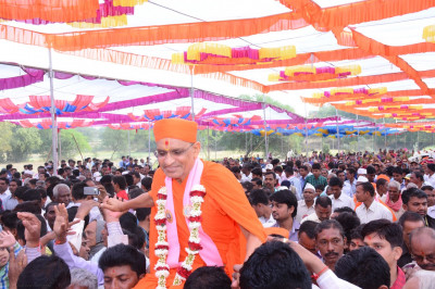 Disciples carry His Divine Holiness Acharya Swamishree onto the stage