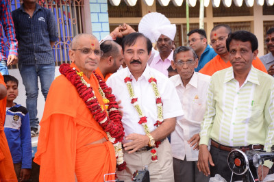 Divine darshan of Acharya Swamishree with honoured guests