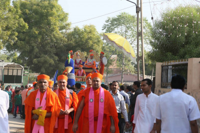 The procession enters in the town of Ramnagar