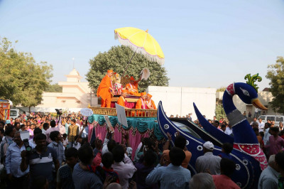 Divine darshan of Acharya Swamishree Maharaj on the chariot