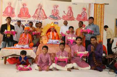 Acharya Swamishree Maharaj gives darshan to disciples on whose behalf the parayan is taking place