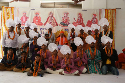 Acharya Swamishree Maharaj gives darshan to disciples on whose behalf the parayan took place