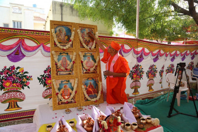 Acharya Swamishree performs poojan to the Murtis