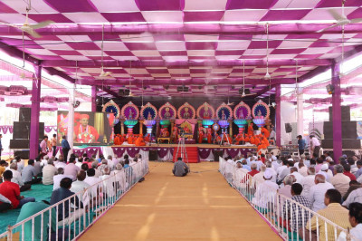 Acharya Swamishree gives darshan in the sabha mandap