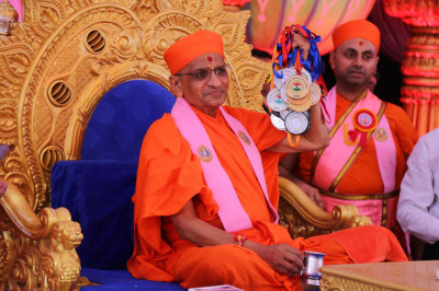 Acharya Swamishree consecrates medals to be given to students