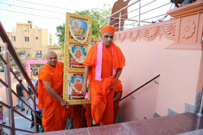 The new Murtis are brought to the mandir