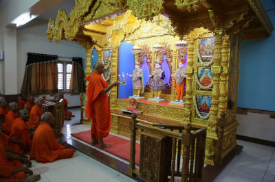 Acharya Swamishree performs aarti to the new Murtis