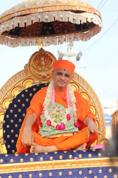 Divine darshan of Acharya Swamishree during a procession
