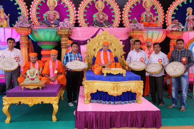 Acharya Swamishree gives darshan to the disciples on whose behalf the parayan are being held