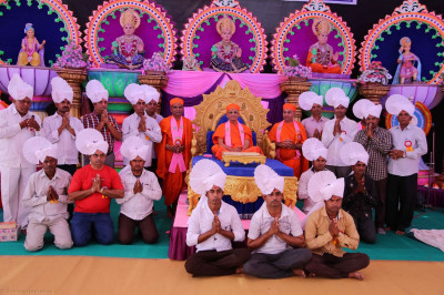 Acharya Swamishree gives darshan to the disciples on whose behalf the parayans were held