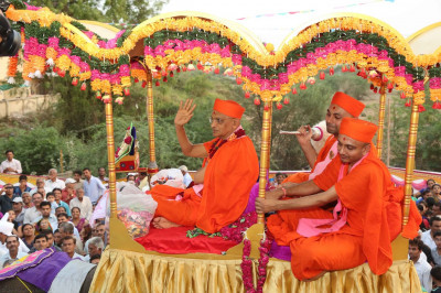 Acharya Swamishree gives darshan to onlookers