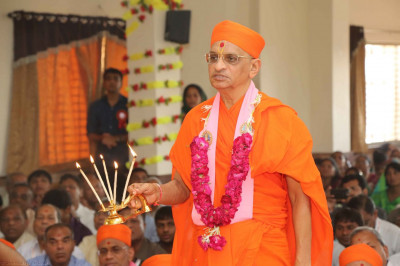 Acharya Swamishree perform aarti to the Lord
