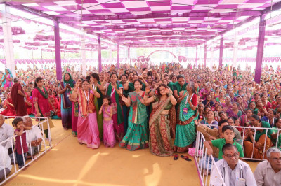 Disciples dance with joy as Acharya Swamishree arrives