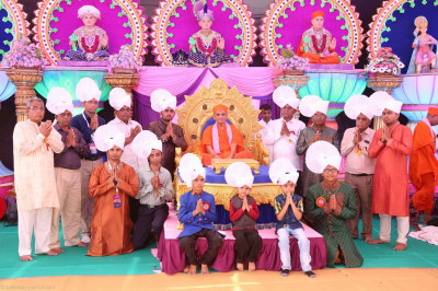 Acharya Swamishree gives darshan to the disicples on whose behalf the parayans were held