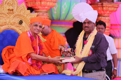 Inspector General of Police, Shree K N Rao receives a memento from Acharya Swamishree