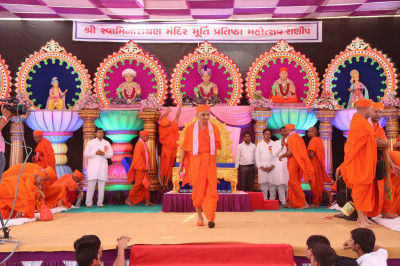 Acharya Swamishree departs from the stage